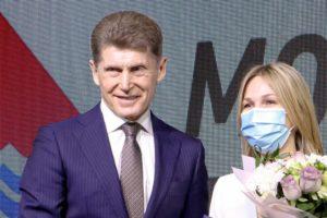 Олег Николаевич Кожемяко вручил благодарности Президента и Губернатора волонтерам Приморья